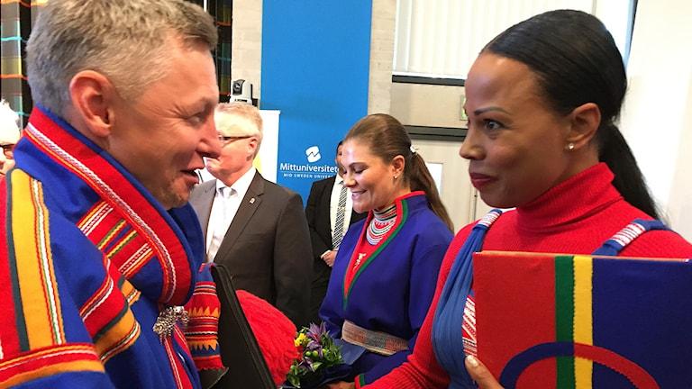 Sametingets styrelseordförande Per Olof Nutti och kulturminister Alice Bah Kuhnke hälsar på varandra vid Sametingets invigning i augusti 2017. Kronprinsessan Victoria i bakgrunden.