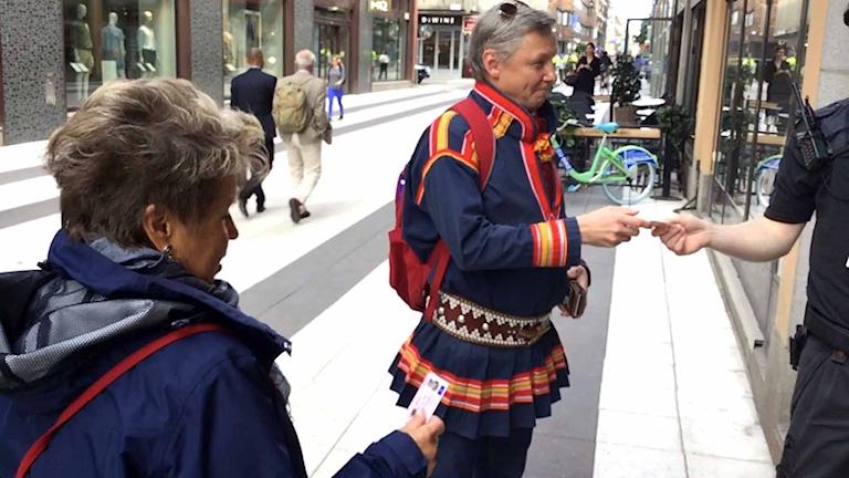 Sametingets kanslichef Anja Taube och styrelseordförande Per Olof Nutti på väg in till regeringskansliet.