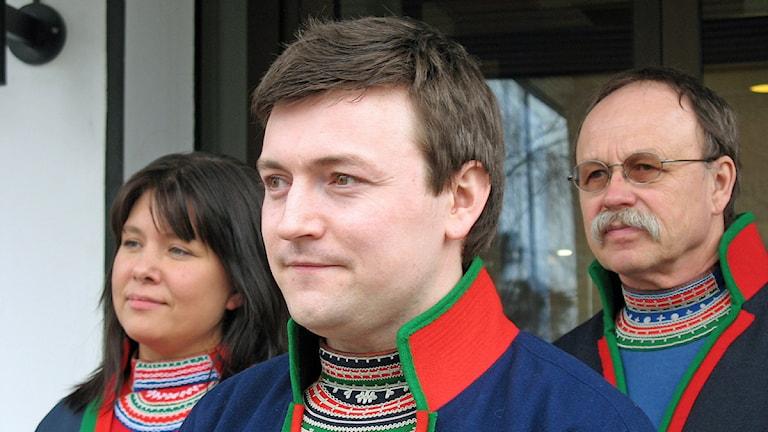 Vaapsten Sijtes ordförande Torkel Stångberg, flankerad av vice ordförande Anneli Kråik och Lorentz Sjulsson Åsdell. Foto: Thomas Sarri/Sveriges Radio Sameradion