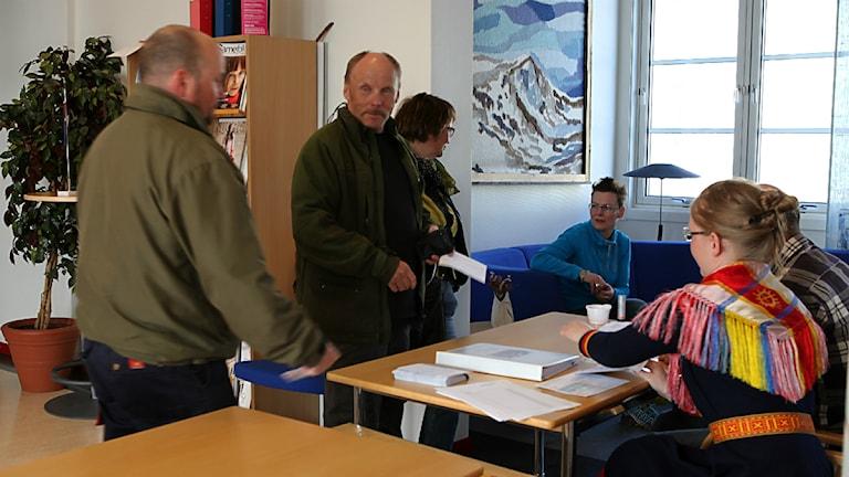 Röstare vid vallokalen i Kiruna. Sametingsvalet 2013. Foto: Anna-Karin Niia/ SVT Sápmi