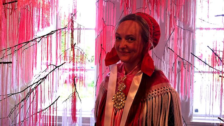 Outi Pieski vid vernissaget för finalisterna i kategorin duodji, design och konst. Foto: Marie-Louise Niia/ SVT Sápmi
