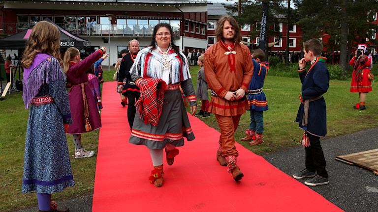 Lise Tapio Pittja med sonen Nika Pittja på röda mattan. Foto: Marie-Louise Niia/ SVT Sápmi