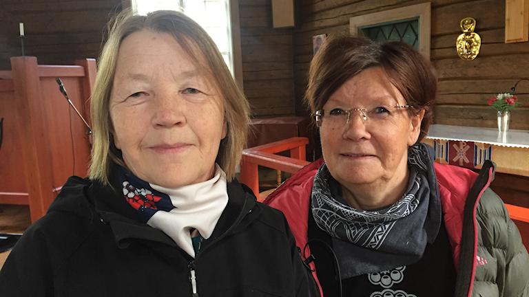 Karin Vannar och Bitte Päiviö Nygård i Jokkmokks gamla kyrka. Foto AnnCatrin Stenberg Partapuoli/Sameradion & SVT Sápmi.