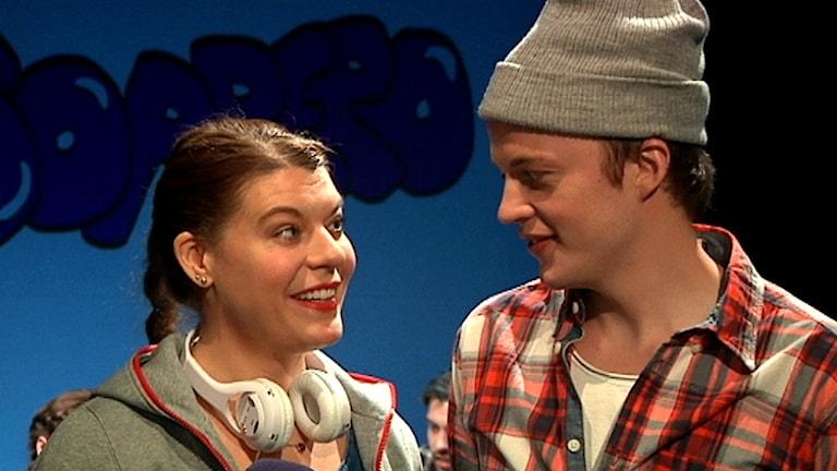 Genrep teaterföreställningen SMS från Soppero. Skådespelarna Vibeke Oskal och Albin Grenholm. Foto: Stefan Karlsson/ SVT Sápmi