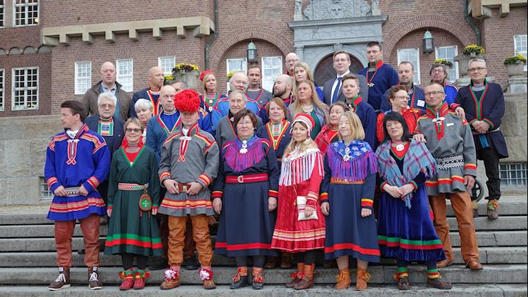 Sametingets ledamöter samlade för fotografering vid rådhuset i Östersund