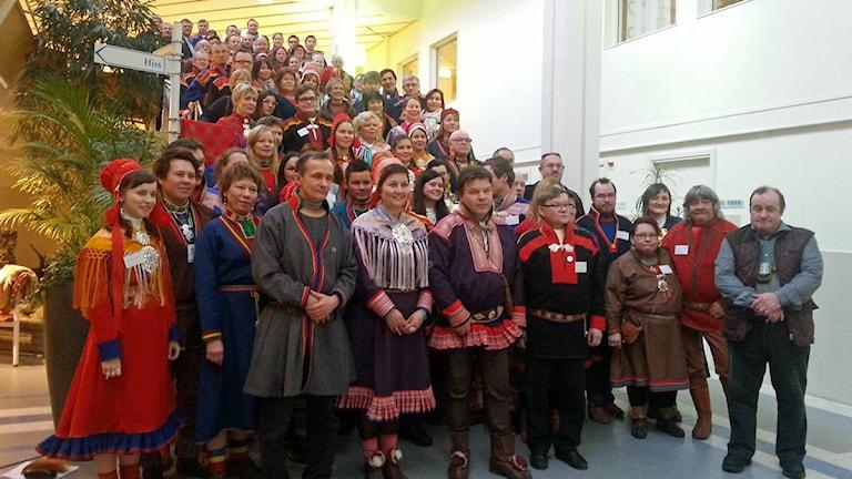 Samepoplitiker från hela Sápmi samlas för gruppfoto under parlamentarikerkonferensen i Umeå. Foto: Thomas Sarri/Sameradion