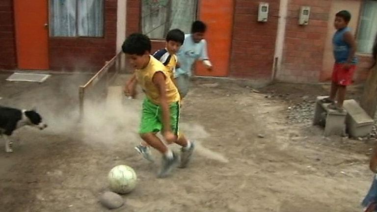 Barn i staden Arica i Chile.