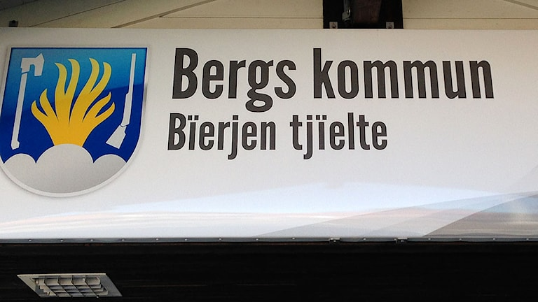Entréskylt till kommunhuset i Svenstavik, Bergs kommun. Foto: Jörgen Heikki, SR Sámi Radio.