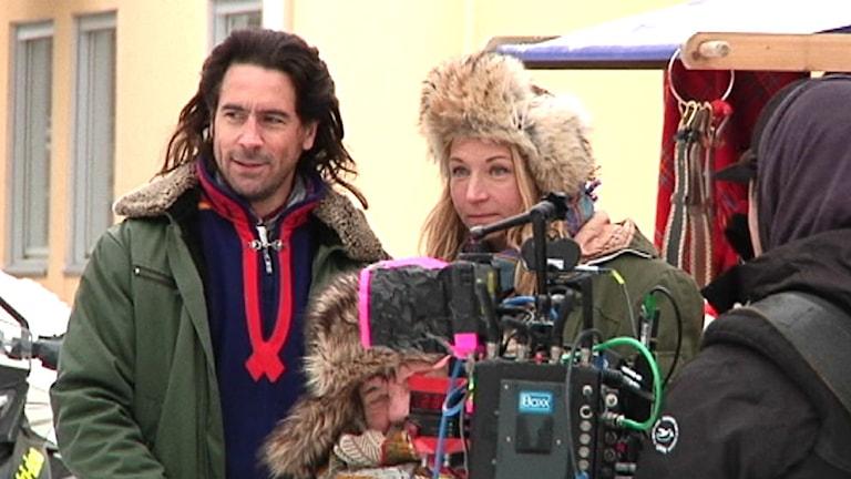 Ola Rapace och Martina Haag under filminspelning i Jokkmokk. Foto: Stefan Karlsson/SVT Sápmi