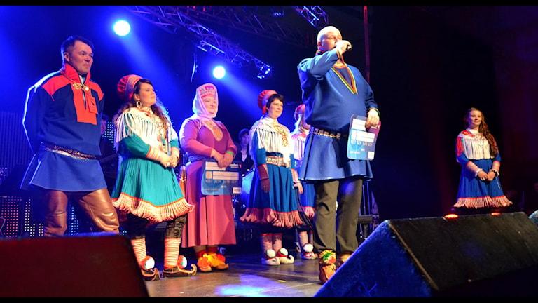 Jörgen Stenberg tackar för vinsten i Sámi Grand Prix. Foto: Marica Blind/Sameradion