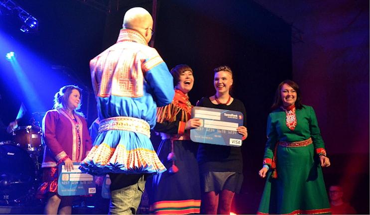 Aila-duo tar emot priset för vinsten i Sámi Grand Prix. Foto: Marica Blind/Sameradion