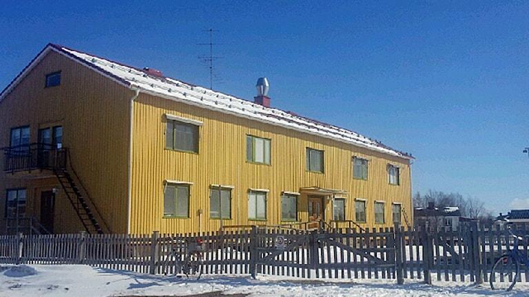Den gamla nomadskolan i Karesuando, idag håller sameskolan till i byggnaden. Foto: Lars-Ola Marakatt/Sameradion