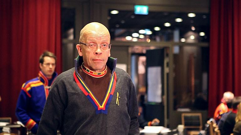 Stefan Mikaelsson ställer sin plats som Sametingets ordförande till förfogande på Sametingets plenum i Åre, maj 2014. Foto: Marie-Louise Niia/ SVT Sápmi och Sameradion