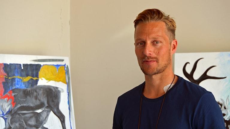 Niklas Blindh ställde ut sina tavlor. Foto: Thomas Sarri/Sameradion & SVT Sápmi