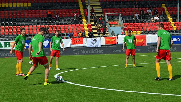 Ellan Vannins spelare värmer upp inför VM-finalen i Conifa World Football Cup. Foto: Thomas Sarri/ Sameradion & SVT Sápmi