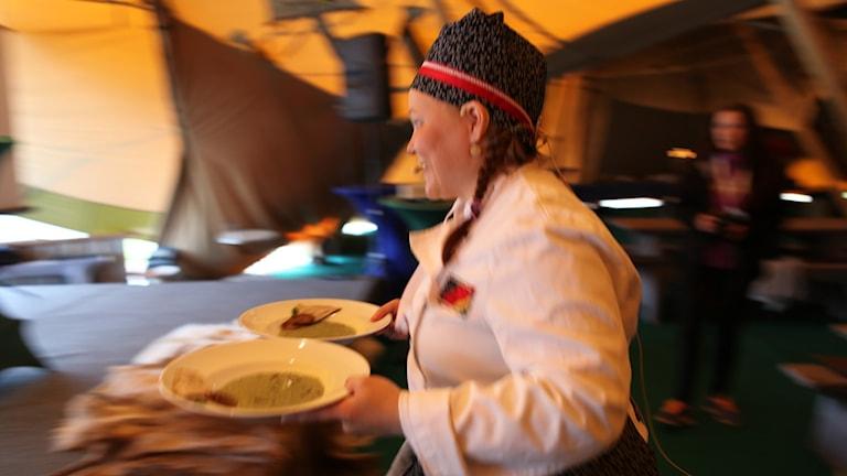 Máret Rávdná M Buljo på väg att servera sin förrätt under Sápmi Awards 2014. Foto: Lars-Ola Marakatt / SR Sameradion
