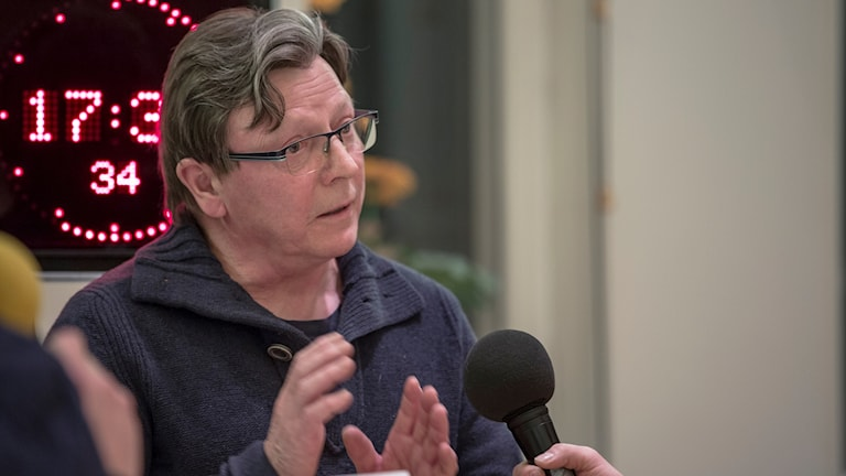 Nils-Henrik Sikku kommenterar Sametingets partier under valdebatten i Jokkmokk.