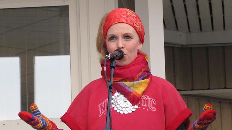Sofia Jannok uppträder innan pride tåget Foto: Lisa Utsi / SR Sameradion