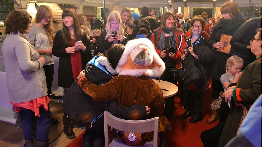Autograf och en selfie var vad många av Jon Henrik Fjällgrens fans önskade sig. Foto: Marica Blind/Sameradion & SVT Sápmi