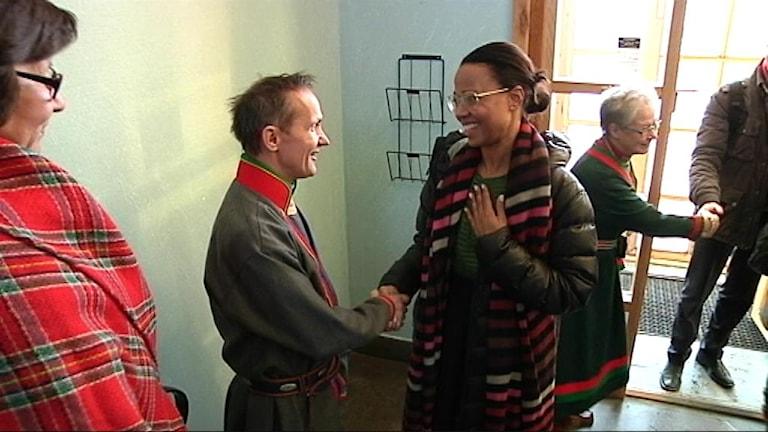 Sametingets styrelseordförande Håkan Jonsson (JoF) och kultur- och demokratiminister Alice Bah Kuhnke (MP). Foto: SVT Sápmi/ Stefan Karlsson
