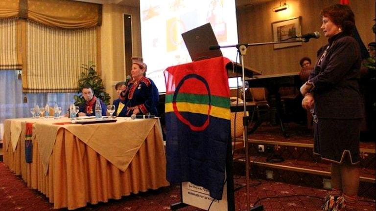 Valentina Sovkina (th) är just nu den mäktigaste samen på Kolahalvön. I bakgrunden Nina Afanasjeva, grundaren och den tidigare ledaren för av Kola sameförening. Foto Dan Robert Larsen/ NRK Sápmi