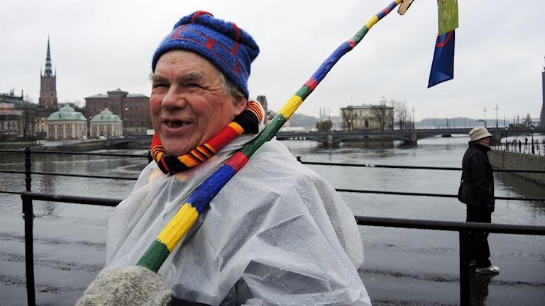 Pierre Åhrén demonstrerar utanför riksdagshuset i Stockholm. Foto: SR Sameradion