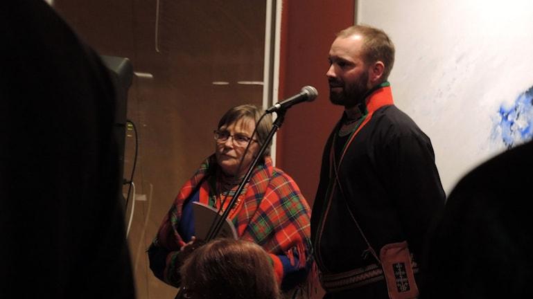 Sagka Stångberg och Oskar Östergren invigde festivalen Dellie Maa och utställningen Vaapsten bïjre. Foto: SR Sameradion