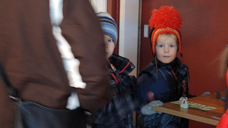 Två nyfikna besökare på barnens vernissage. Foto: SR Sameradion