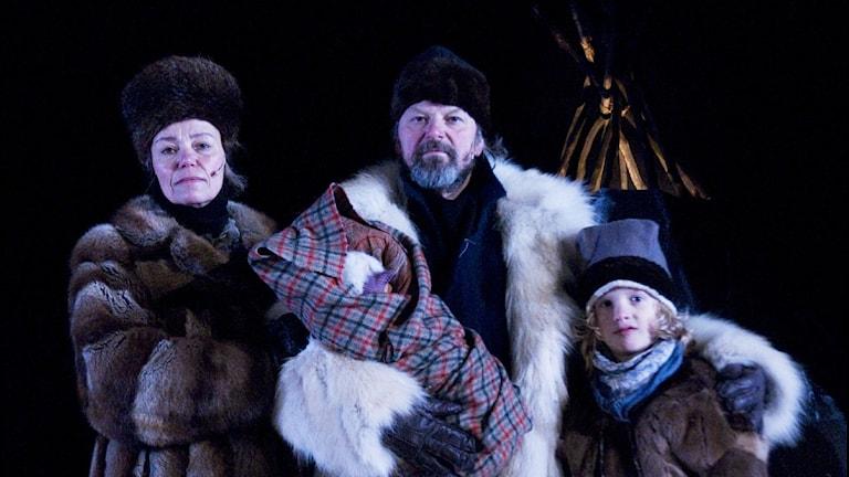 """Rolf Degerlund (mitten) från Beaivváš pjäs """"1858"""". Foto: Marit Anna Evanger/Beaivváš"""