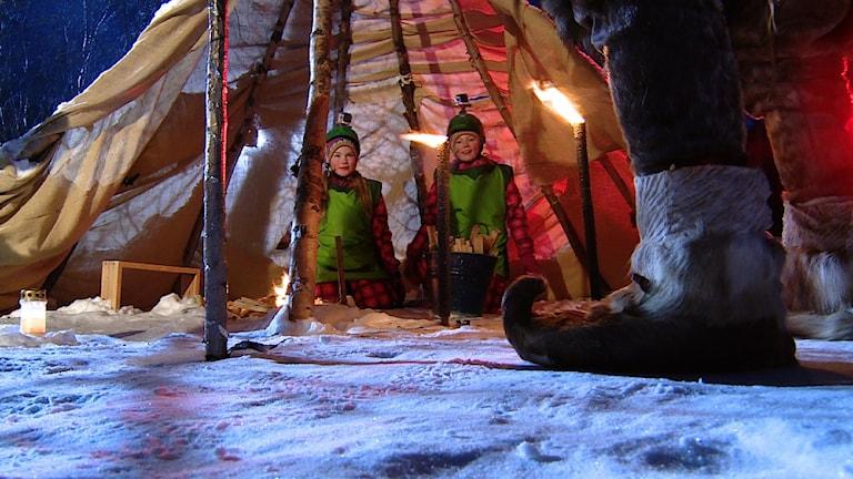 Mánáid-tv sáddegoahtá juovllaid áigge Stálugilvvut -prográmmaráiddu, mas leat 12 oasi. Govven: NRK Sápmi