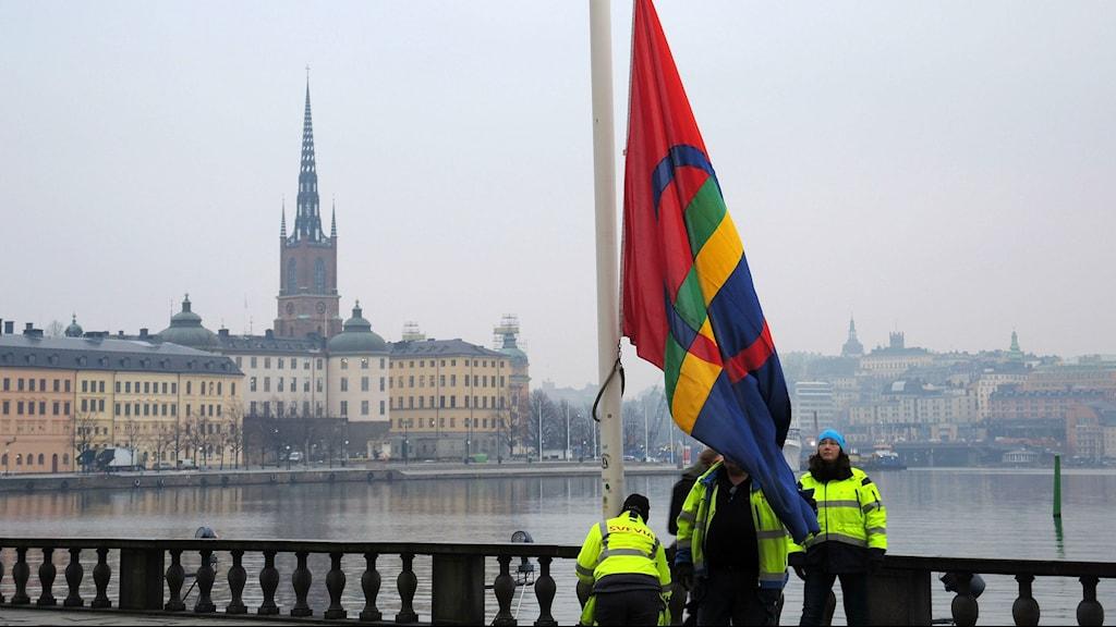 Den samiska flaggan hissas i ett gråmulet Stockholm på nationaldagen 6 februari. Foto: SR Sameradion