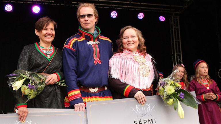 Vinnarna i Sápmi Awards. Vaino Persson, Jon T Utsi och Máret Rávdná Buljo. Foto Anna-Karin Niia/SVT Sápmi