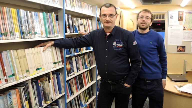 Bjørn Erik Kvannli och Peter Furuset jobbar på den sydsamiska bokbussen. Foto: SR Sameradion
