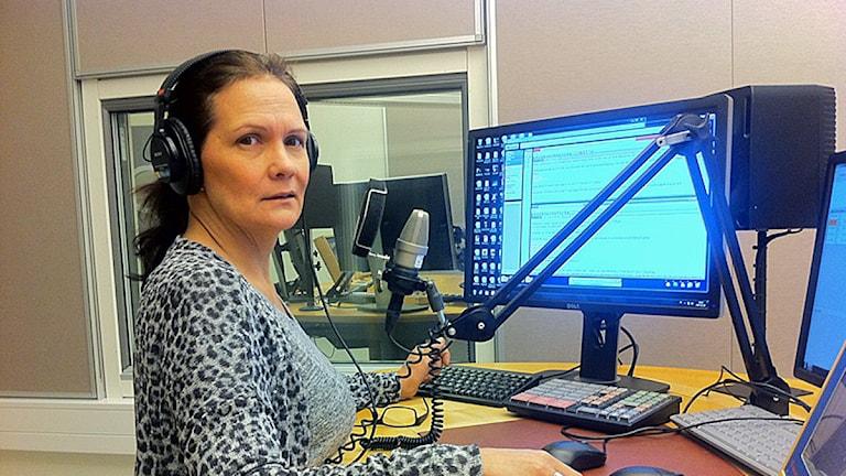 Kathrin Nutti i nyhetsstudion. Foto: Sameradion