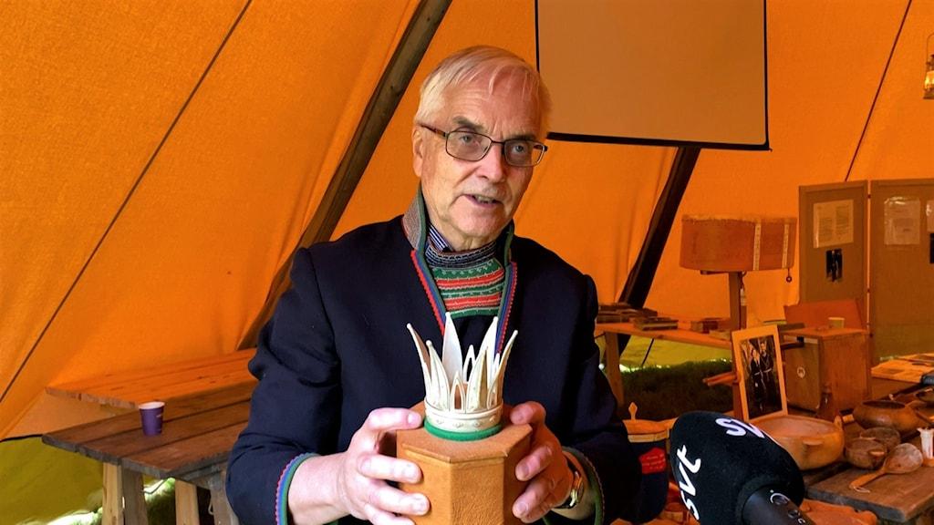Gustaf Jillker, visar upp hans far  slöjdarenpionjären och stilbildaren Arthur Jillkers slöjdskatt