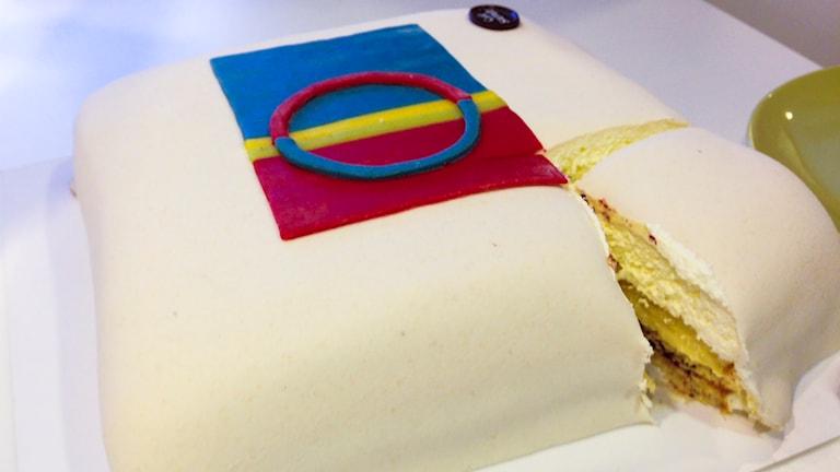 Tårta med samiska flaggan. Foto: Sameradion & SVT Sápmi