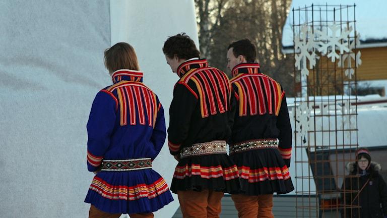 Tre koltklädda män. Egen traditionell klädsel är en av kriterierna man har för ursprungsbefolkningar. Illustrationsfoto: Lars-Ola Marakatt/ Sameradion & SVT Sápmi