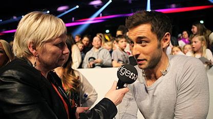 Karen Eira intervjuar Måns Zelmerlöw. Foto: Marie.Louise Niia/ Sameradion & SVT Sápmi