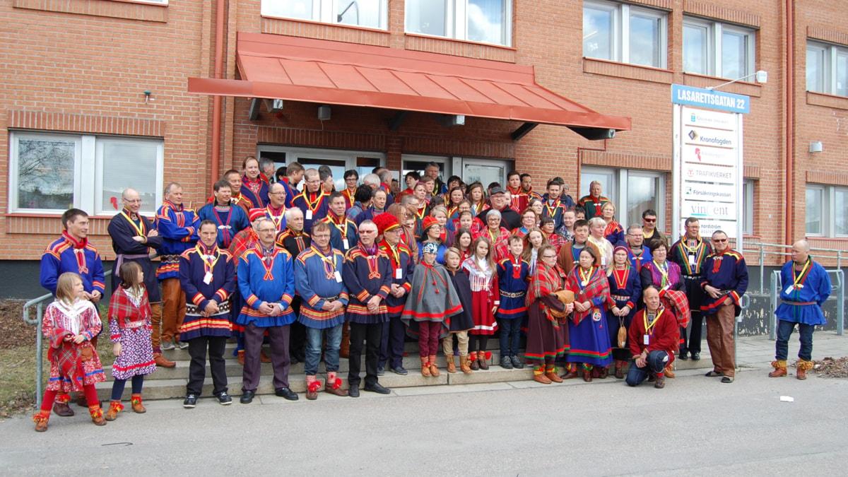 Deltagare från SSR:s landsmöte samlade utanför tingsrätten i Gällivare. Foto: Maria Boström