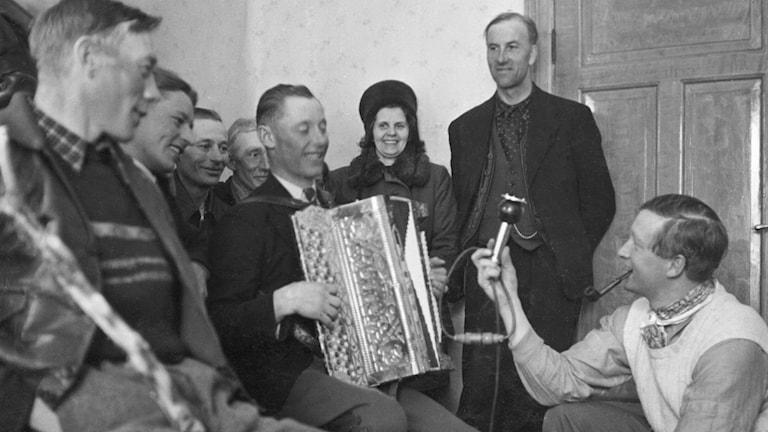 Hallåmannen Lars Madsén (nere till höger) i