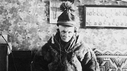 Författaren Johan Turi lyssnar på vädret på radio. Foto: SVT Bild