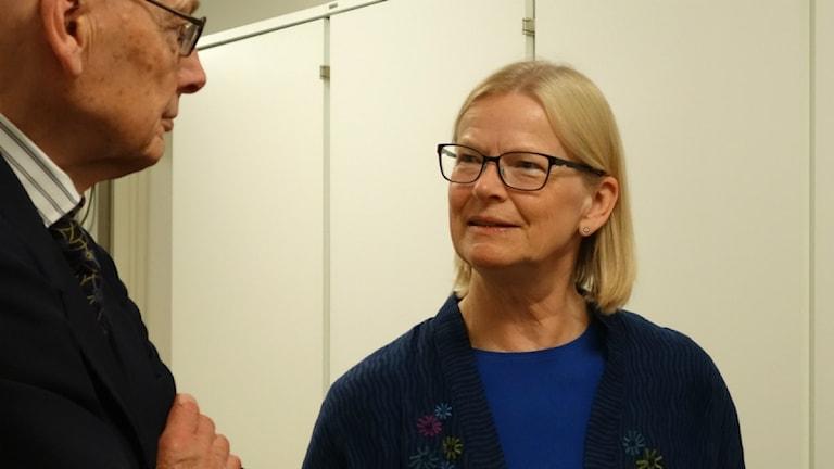 Justitiekansler Anna Skarhed pratar med advokaten Hans Forsell. Foto: David Rydenfalk, Sameradion & SVT Sápmi.