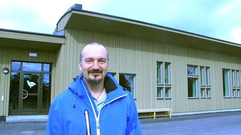 Per-Åke Hultstedt, utanför sameskolan i Kiruna. Arkivfoto: Martina Söderlind/ Sameradion och SVT Sápmi