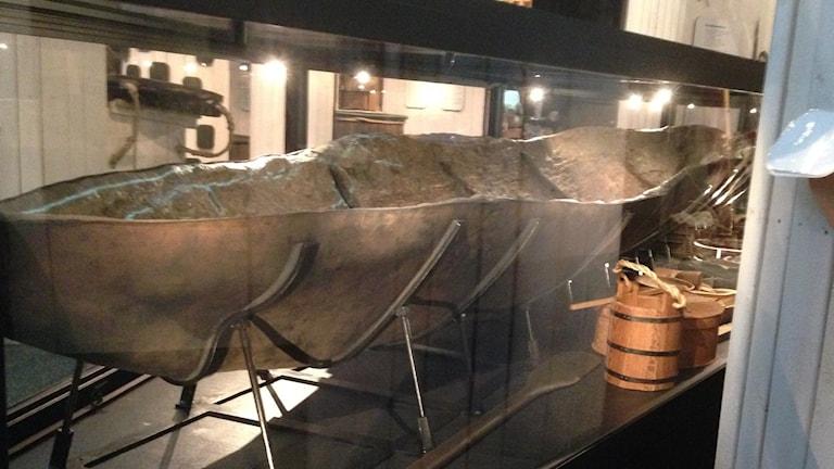 Badelundabåten vid Västmanlands läns museum. Foto: Jörgen Heikki, SR Sameradion & SVT Sápmi.