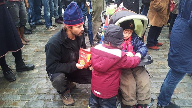 Anders Östergren med barnen Freja och Ailo. Foto: Anna Sunna/ Sameradion & SVT Sápmi