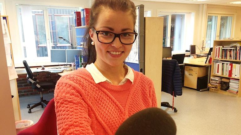 Aino Danielsen från Guttu, Elgå är lärare i sydsamisa vid Aajege, språ- och ressurscentrum i Röros. Foto: Inga Marja Steinfjell/ Sameradion & SVT Sápmi