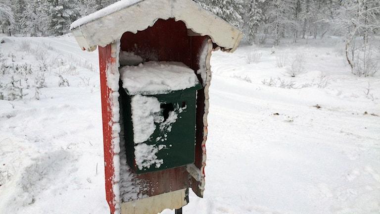 Snöig brevlåda. Foto: Lars-Ola Marakatt/Sameradion & SVT Sápmi