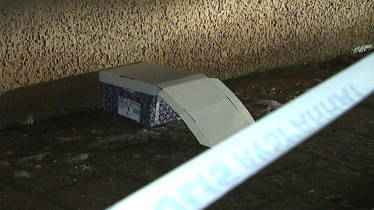 Misstänkt föremål med hotfull text utanför polishuset i Luleå. Foto: SVT