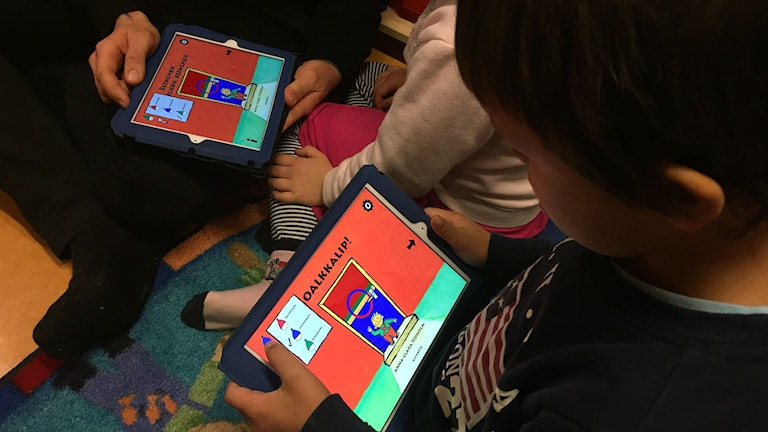 Barnen får testa på appen Sápmi Knacka på! Foto: Stefan Karlsson, Sameradion & SVT Sápmi