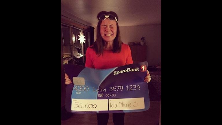Ida Marie Bransfjell med checken på 56 000 kr som hennes vänner samlat ihop, för att hon ska kunna bekosta ögonopertionenen som hon behövde.